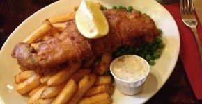Mangiare fish and chips dietro il Big Ben a The Red Lion