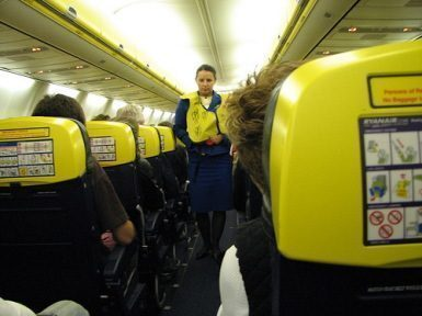 """Volo Ryanair a """"5 stelle"""" con annuncio della hostess"""