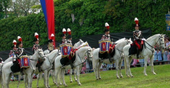 La carica dei carabinieri a cavallo vicino Verona, rievocazione storica