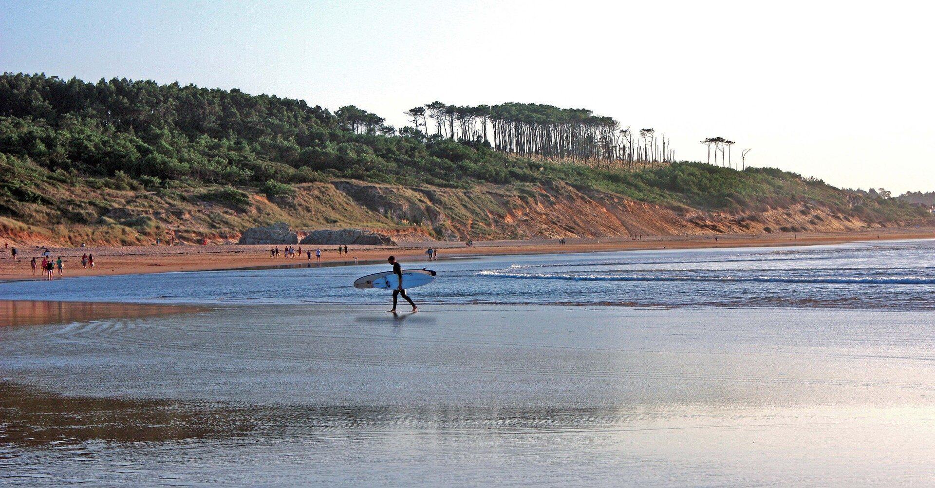 paisaje Somo con surfista