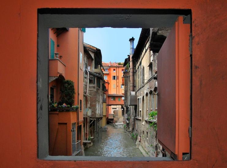 finestra via piella a Bologna - percorso trekking urbano con Vitruvio
