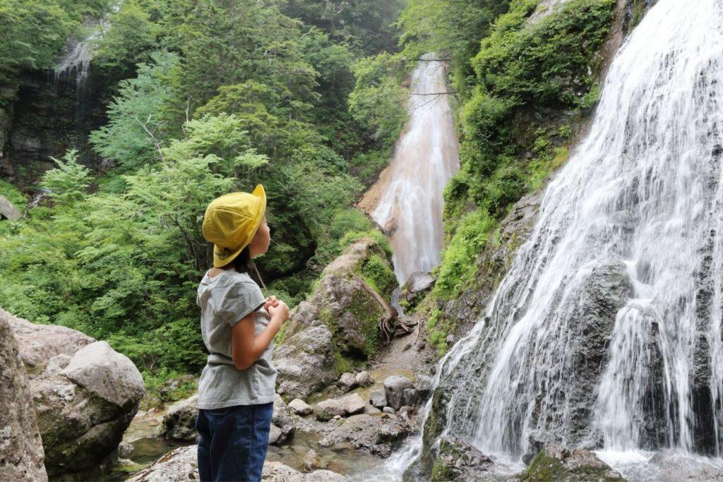 cascata-marmore-con-bambini